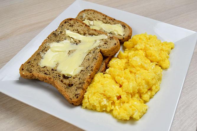 Oeufs brouillés et tranches de pain sans gluten