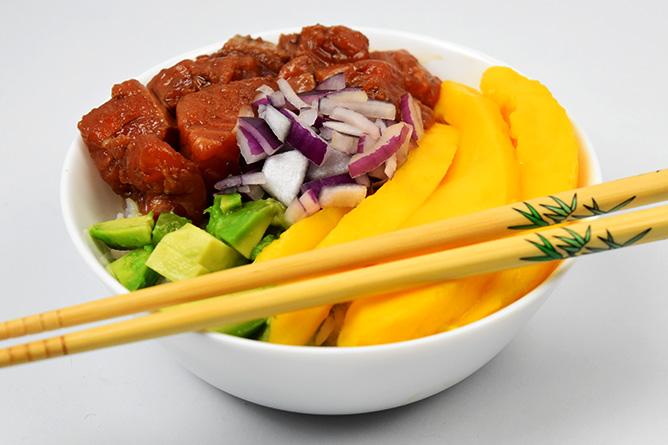 Poke bowl au saumon et à la mangue sans gluten