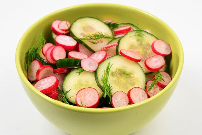 Salade de radis roses et concombre sans gluten