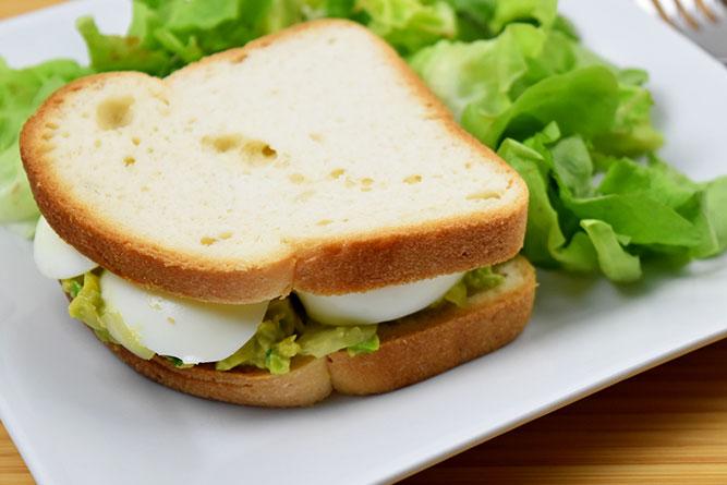Sandwich d'été oeuf avocat sans gluten